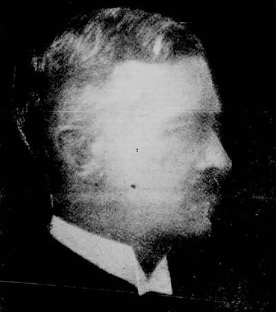 Photo noir et blanc floue qui montre le profil d'un homme d'âge moyen tirée d'un article d'une revue.