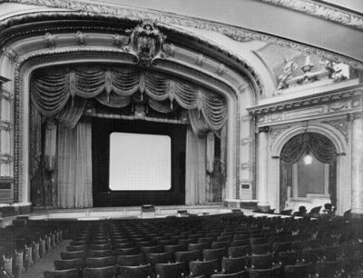 Intérieur de la salle vue vers la scène du Cinéma Impérial (rue Bleury).