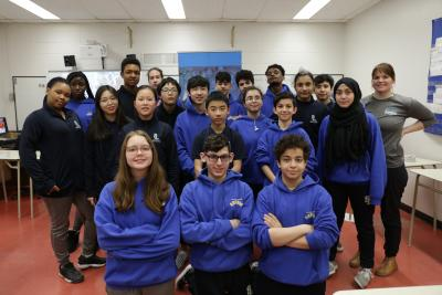 20 élèves du secondaire et leur enseignante.