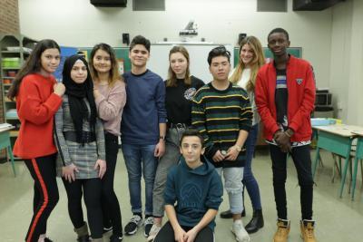 Huit élèves du secondaire et leur enseignante.