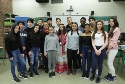 Seize élèves du secondaire et leur enseignante.