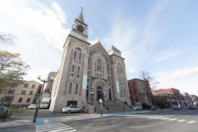 L'église Notre-Dame-du-Perpétuel-Secours et les bâtiments environnants