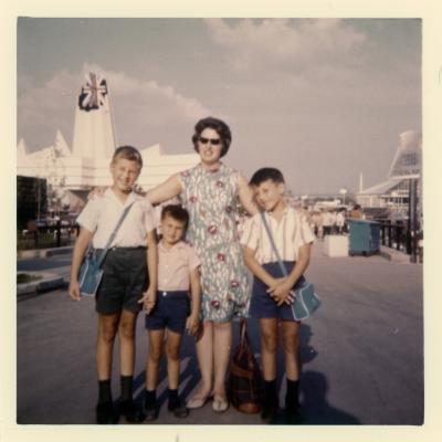 La famille Taillefer devant le pavillon de l'Angleterre
