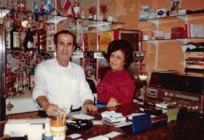 Un homme et une femme, derrière le comptoir d'un restaurant.