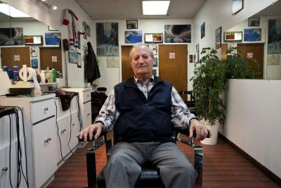 George Glicakis dans son salon de barbier