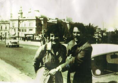 Image du film J'ai fait mon propre courage montrant un couple devant une voiture