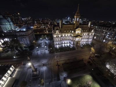 Photo aérienne de nuit de l'hôtel de ville.
