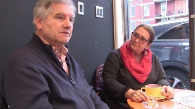 Capture d'écran du clip montrant Joaquina et José-Louis assis et discutant