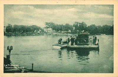 La carte postale montre une voiture et des personnes traversant la rivière des Prairies sur une embarcation vers 1930