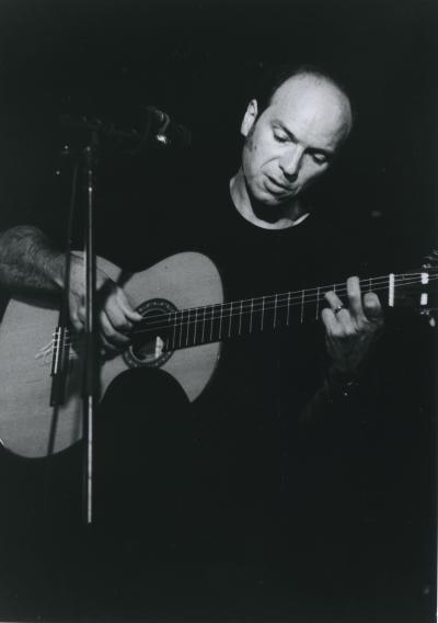 Michel Rivard chantant et jouant de la guitare