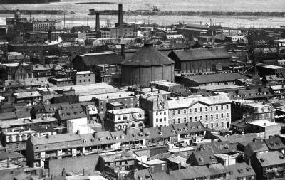 Photographie en hauteur du quartier et du canal Lachine, vue vers le sud.