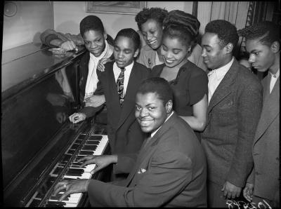 Oscar Peterson au piano, entouré de sa famille.