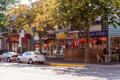 Voitures stationnées sur la rue Jean-Talon. En arrière-plan le Café Safir.