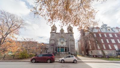 Le presbytère, l'église Saint-Paul et le l'ancien pensionnat Notre-Dame-du-Saint-Rosaire sur la rue de l'Église
