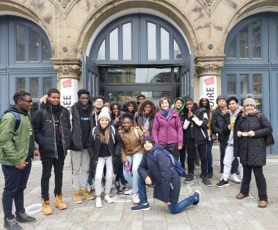 Dix-sept élèves et deux enseignantes prennent la pose devant le Centre d'histoire de Montréal.
