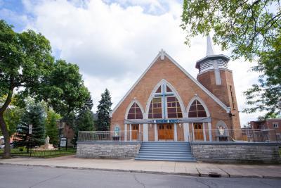 Façade de l'église Saint-Jean-Bosco sur la rue Springland