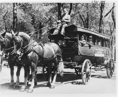 Vue d'un Omnibus tiré par deux chevaux avec à son bord des employés de la compagnie.