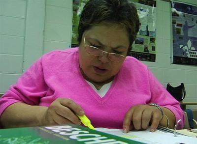 Capture d'écran du documentaire montrant une femme mexicaine en train d'étudier