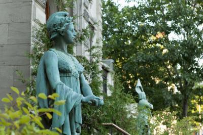 Gros plan sur les statues devant le bâtiment de l'Union française de Montréal