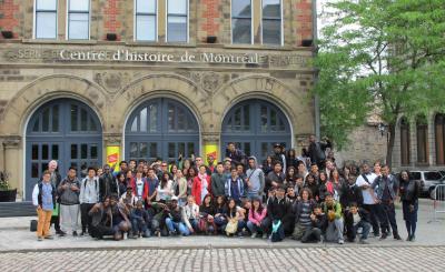 Des élèves de classes d'accueil posent devant le Centre d'histoire de Montréal le 25 mai 2015.