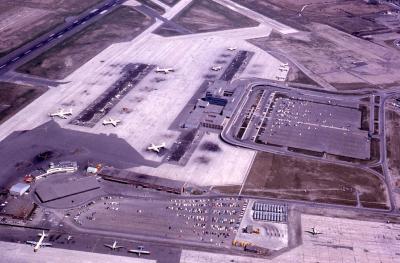 Vue aérienne de l'aéroport. Le premier terminal est visible en bas à gauche.