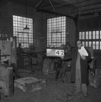 Fonctionnaire de la Ville de Montréal dans une usine du Faubourg à m'lasse.