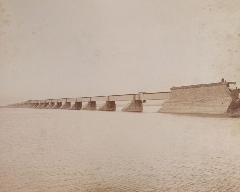 Photographie montrant le pont Victoria couvert en 1897