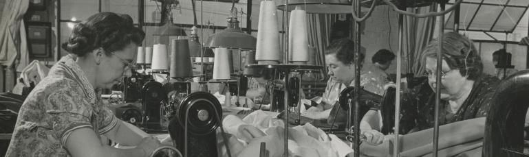 Femmes travaillant sur des machines à coudre industrielles