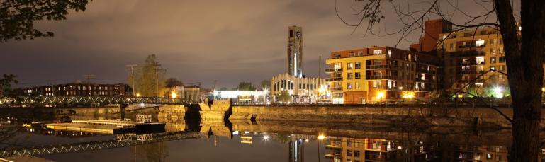 Le canal de Lachine de soir avec le marché Atwater en arrière-plan