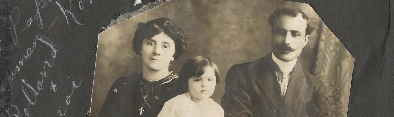 Photo de la famille Farah-Lajoie. Y figurent le père à droite, la mère à gauche, et trois de leurs enfants au centre.