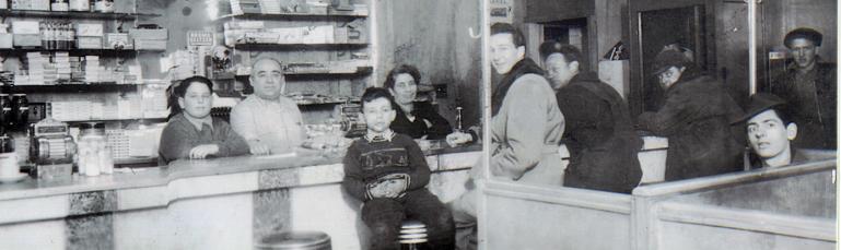 La famille DiLallo dans son restaurant avec des clients.