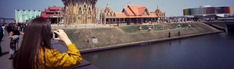 Femme photographiant le pavillon de la Thaïlande et le Kaléidoscope