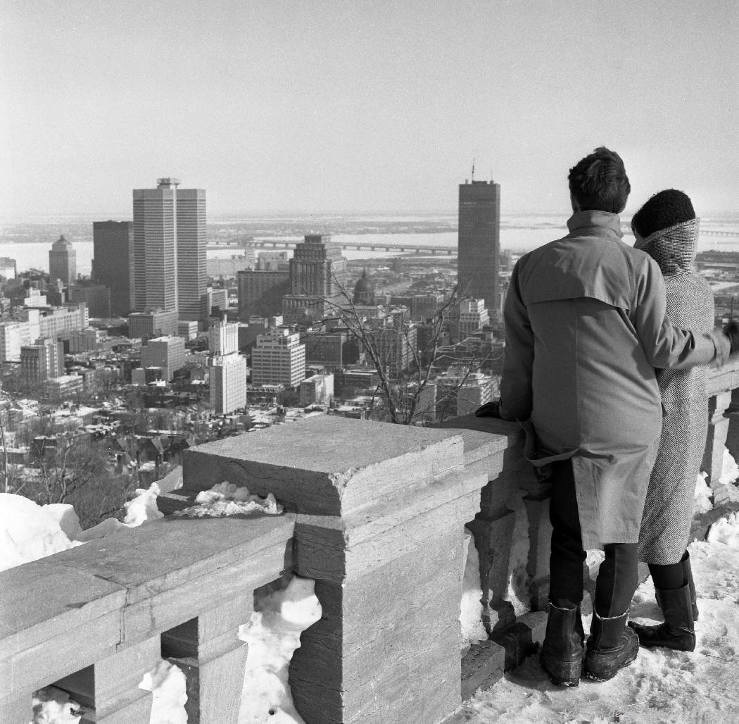Couple admirant la vue sur le centre-ville à partir du belvédère du mont Royal.