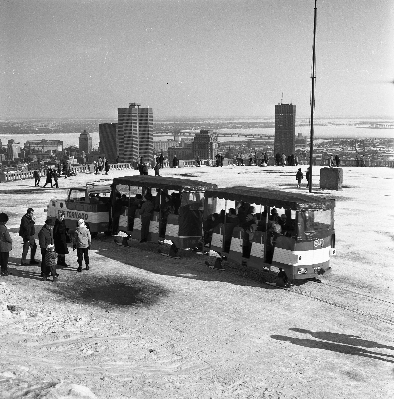 Train miniature sur patins en hiver sur le belvédère du mont Royal.