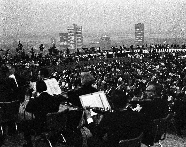 Musiciens et foule lors d'un concert sur le belvédère du mont Royal.