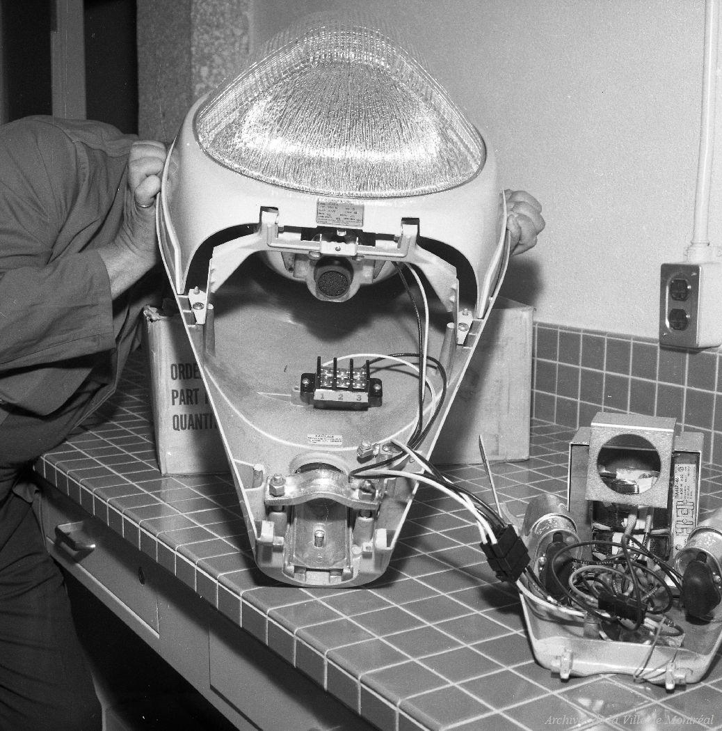 Un homme analyse un lampadaire dans un laboratoire