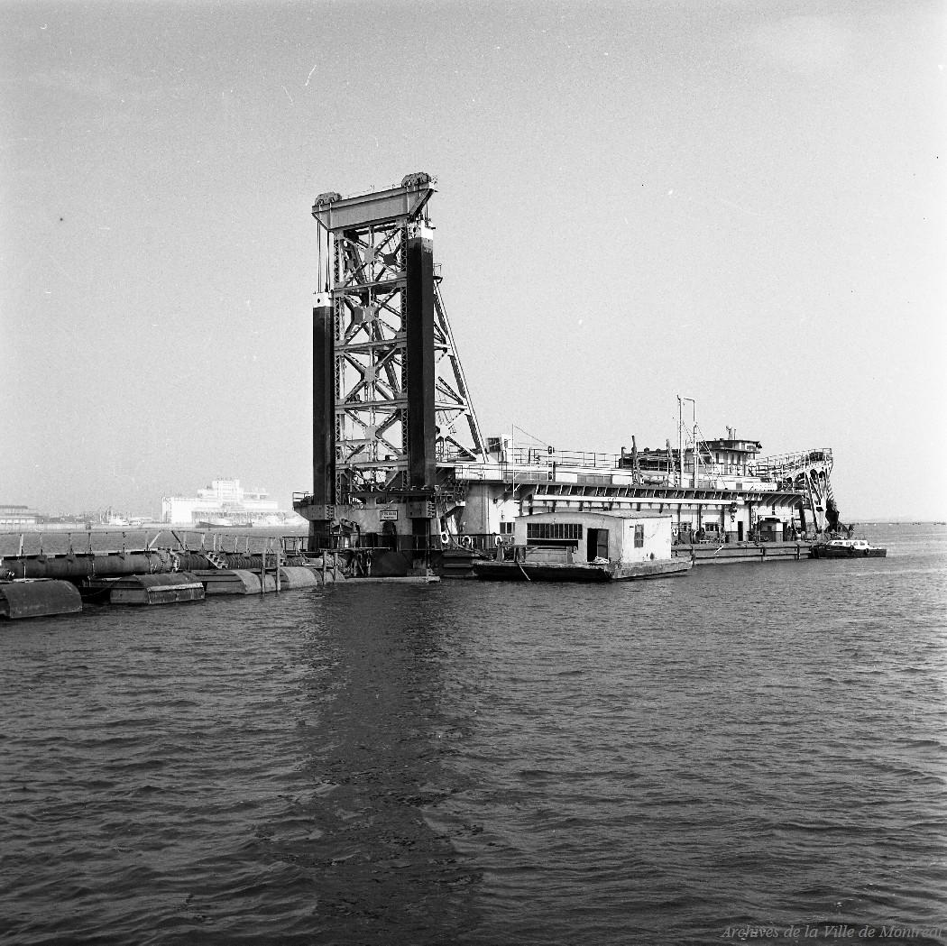 Une des trois énorme drague utilisée pour extraire les sédiments du fond du fleuve