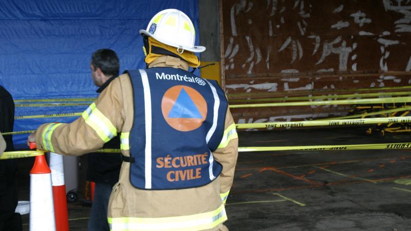 Un pompier du SIM œuvrant pour la sécurité civile.