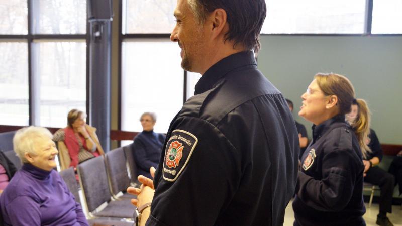 Deux agents du SIM donnent une conférence sur la sécurité incendie.