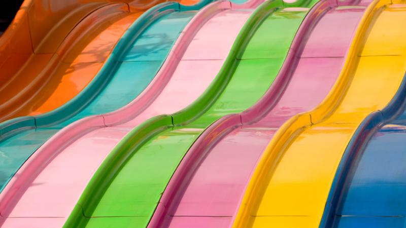 Une glissade aux couleurs de l'arc-en-ciel.