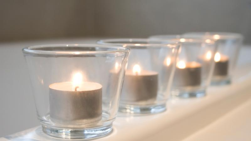 Quatre bougies allumées