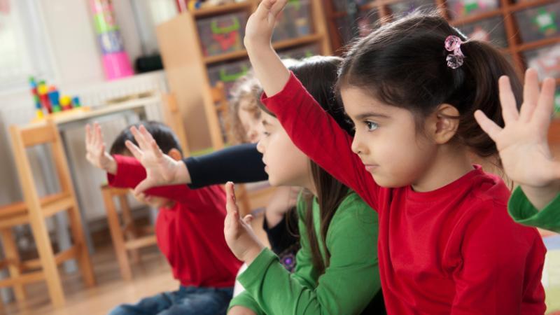 Des enfants assistent à une conférence.