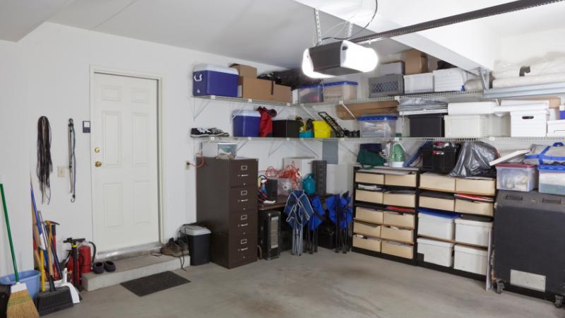 Du matériel entreposé dans un garage.