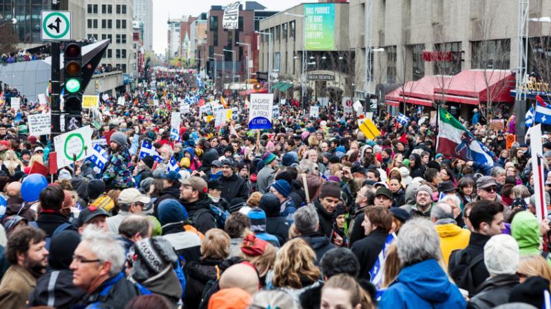 Une multitude de manifestants sont rassemblés dans les rues de Montréal pour le Jour de la Terre.