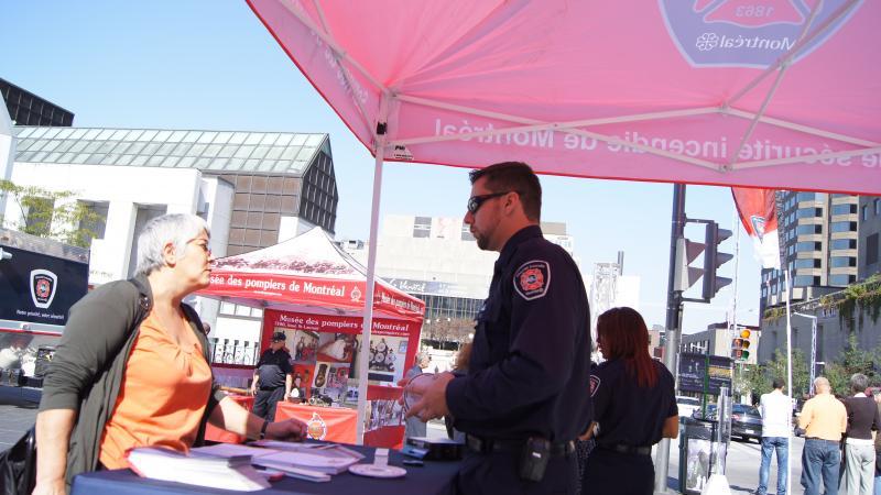 Un agent de prévention prodigue des conseils de sécurité incendie à une citoyenne.