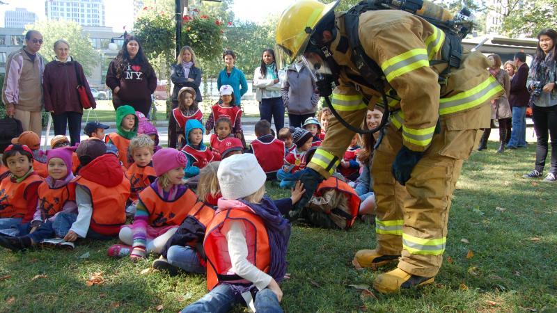 Un pompier éducateur lors d'une activité de sensibilisation à l'Université McGill.