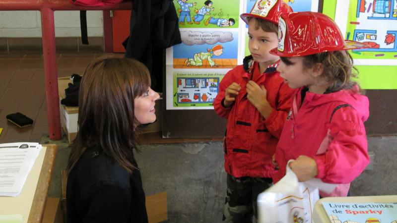 A prevention officer talks to young children