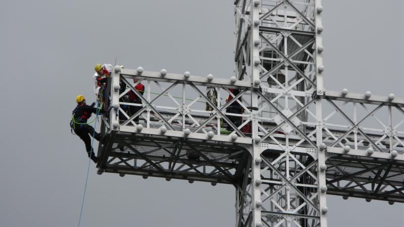 Quelques pompiers lors d'un sauvetage en hauteur sur la croix du Mont-Royal.