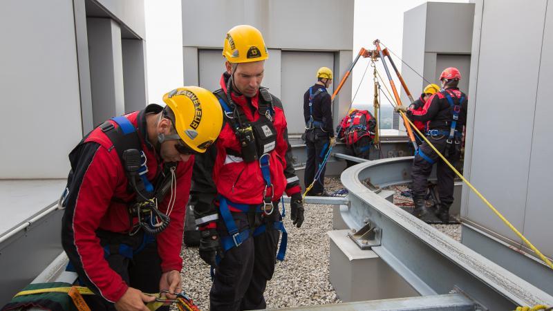 L'équipe spécialisée lors d'une simulation de sauvetage en hauteur.