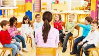 Éducateur de la petite enfance avec son groupe d'enfants